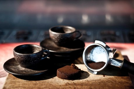 Kaffee Form - cups and saucers from coffee grounds